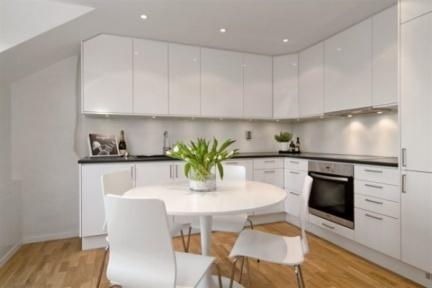 Casas que inspiran decorar un tico peque o y abuhardillado - Cocinas pequenas en forma de l ...