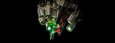 """Elon Musk desvela los planes de Neuralink: sensores para leer el cerebro que se implantan """"cosiendo"""" hilos microscópicos"""
