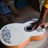 En Paracho, Michoacán, están creando réplicas de la guitarra de 'Coco' y las venden como pan caliente