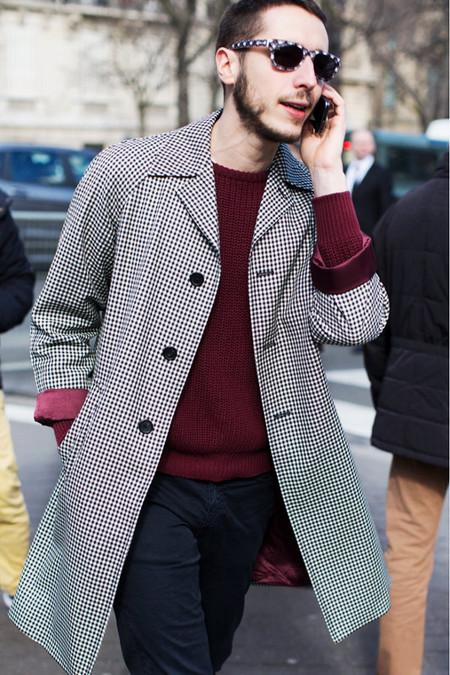 abrigo cuadros con jersey burdeos