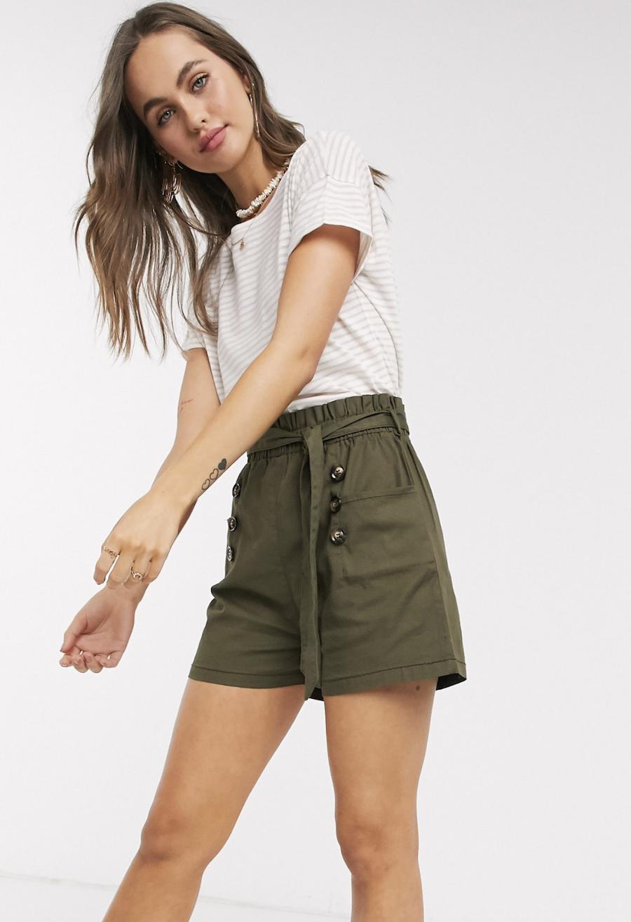 Pantalones cortos de sarga con cintura paperbag en caqui de QED London