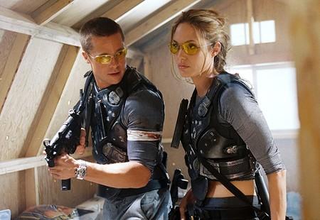 'Sr. y Sra. Smith': Brad Pitt y Angelina Jolie son asesinos rivales en la solvente comedia de acción que dio origen a Brangelina