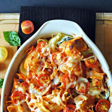 Pasta gratinada con queso ricotta, espinacas, limón y tomates cherry: una receta tan deliciosa como suena
