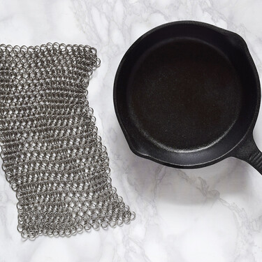 Olvida el estropajo: una malla de acero es el mejor utensililo para limpiar el hierro fundido