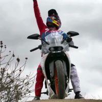 Aaron Gwin cambia la bici por una KTM RC390 para hacer descensos