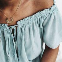 La bisutería más sencilla (y dorada) para complementar tus días de verano