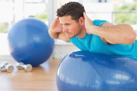 ¿Tienes una pelota suiza en casa? Trabaja al completo con estos 23 ejercicios