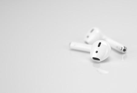 Amazon prepara unos auriculares inalámbricos con Alexa para competir contra los AirPods de Apple, según Bloomberg