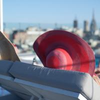 Paisaje urbano y muchos lunares protagonistas en la terraza que Lolea estrena en Barcelona