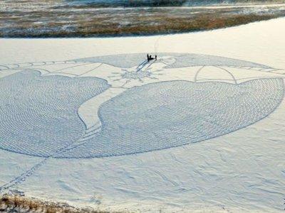Simon Beck, el hombre que hace inmensas obras de arte sobre la nieve sólo caminando