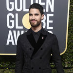 Darren Criss nos decepciona con su look de Dolce & Gabbana para los Golden Globes 2018