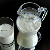 Consumir leche puede estar relacionado con la aparición de acné (y la leche desnatada eleva el riesgo más que la entera)