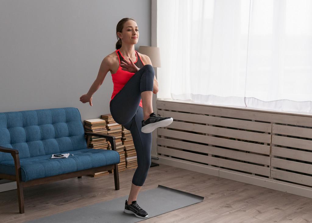 Lo que tienes que saber sobre el HIIT para entrenar en casa: así puedes ponerte en forma en poco tiempo (y tres rutinas para empezar)