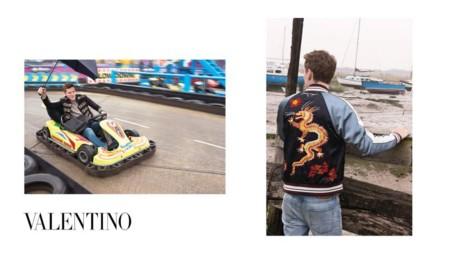 Valentino confirma a la bomber jacket como una prenda must de primavera