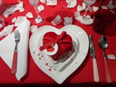 Decora una mesa para San Valentín con estas ideas tan accesibles