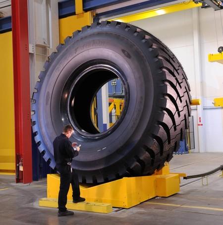 """El neumático más bestia de Goodyear pesa como un elefante, se monta en llantas de 63"""" y podría aguantar 54 SEAT Tarraco encima"""