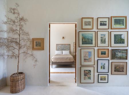De planta estrecha y con dos patios interiores esta casa de raíces coloniales en México está diseñada para disfrutarla con todos los sentidos