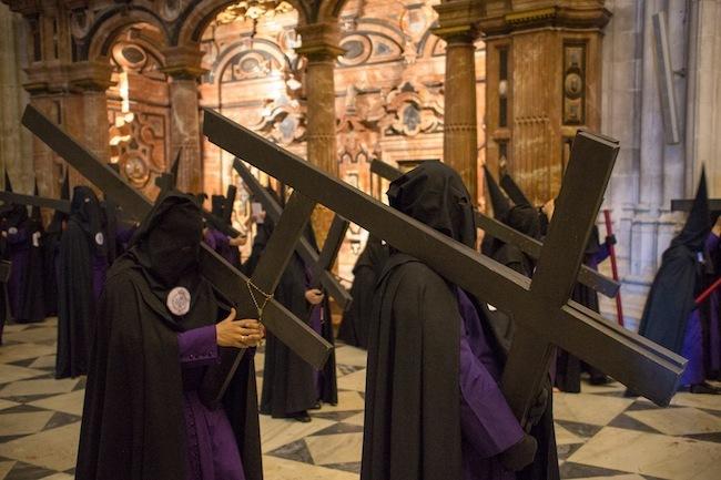 Paso de penitentes por el interior de la Catedral