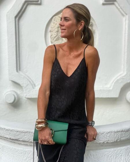 Amelia Bono nos recuerda el poder de los complementos con un look formado por un vestido lencero negro y un bolso verde