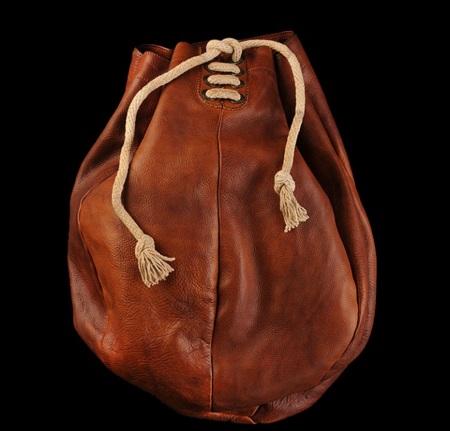 Bolso inspirado en un saco de boxeo