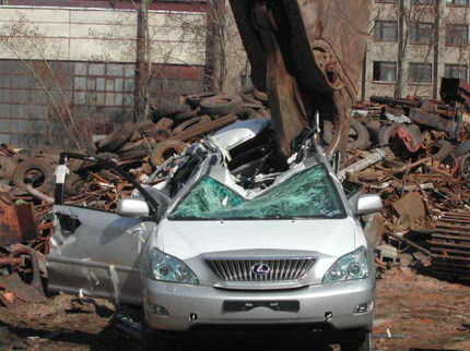 Lexus RX destrozado por una grúa