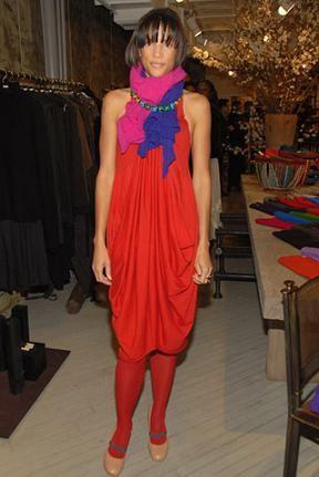 Lo más fashion: vestido naranja y pañuelo azul