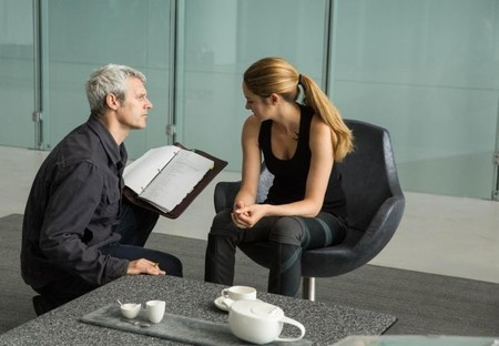Neil Burger habla con Woodley en el rodaje de una escena