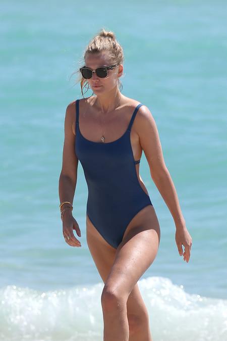 Menos es más y Toni Garrn nos lo enseña durante su viaje a Miami. Apúntate a la moda de los bañadores lisos