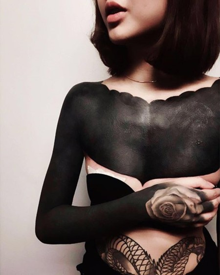 Tatuajes extremos: la tinta negra lo cubre todo