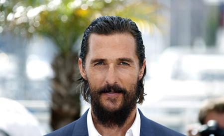 ¡Y entonces llegó él! Matthew McConaughey (más naufrago que nunca) se rinde a Dolce & Gabbana en el Festival de Cannes