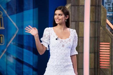 ff3acf794 Sara Sampaio visita El Hormiguero con el vestido blanco romántico que todas  queremos para este verano