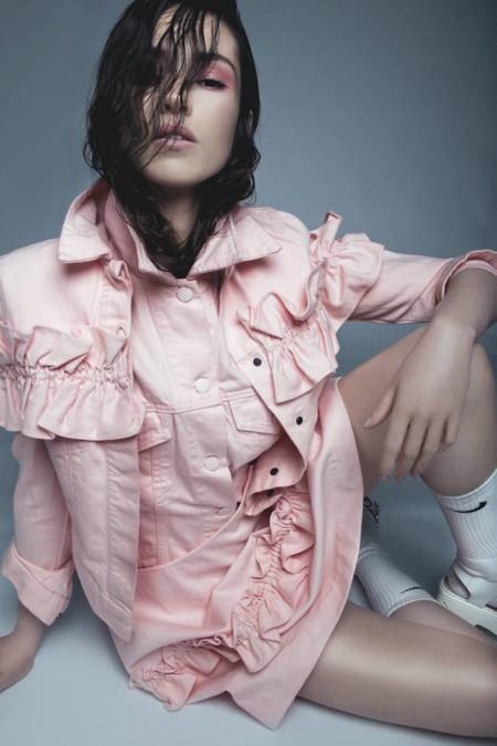 Olvida (por un tiempo) la cazadora vaquera de toda la vida, ahora lo que se lleva es teñirla de rosa