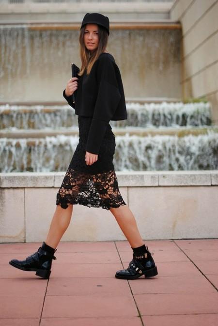 No tengas miedo a una falda demasiado ñoña, la solución pasa por los botines