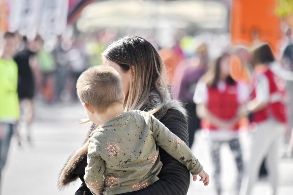 Madres solteras a los 40 años: la tendencia al alza que resume nuestra transición demográfica