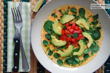 Tortilla a las finas hierbas con aguacate, tomate y berros. Receta saludable