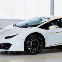 """Olvida el """"remojón"""" de tu auto nuevo por el cura de tu iglesia. El Lamborghini Huracán del Papa podría ser tuyo"""