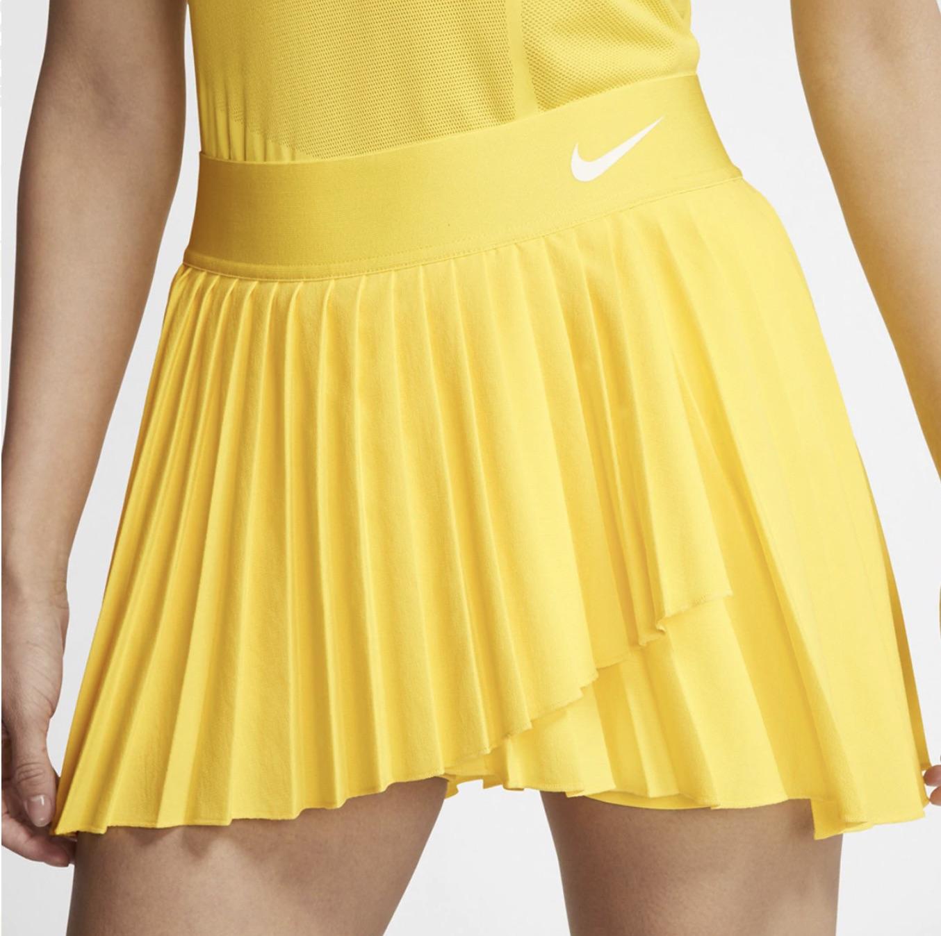 La falda NikeCourt Victory eleva un elemento básico de tenis con tela elástica y pliegues que se mueven contigo mientras dominas la cancha. Diseño Stay-Dry La tecnología Dri-FIT te ayuda a mantenerte seco y cómodo.