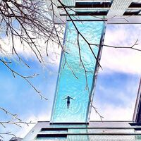 """Londres estrena piscina flotante: Sky Pool es un """"puente"""" entre dos edificios y con 148.000 litros de agua a 35 metros de altura"""