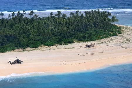 """Dibujar """"SOS"""" en la playa funciona: el rescate de tres marineros extraviados en Micronesia"""