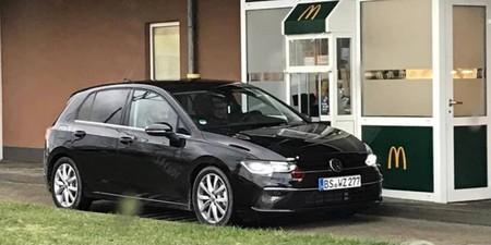 Lo típico que pruebas el nuevo Volkswagen Golf 8 y te lo llevas a un McDonald's para que alguien le saque fotos