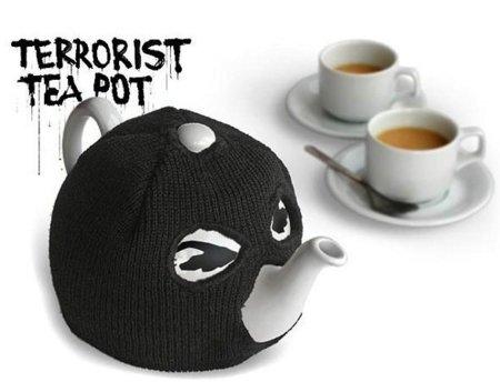 ¡Manos arriba! Llega la tetera terrorista