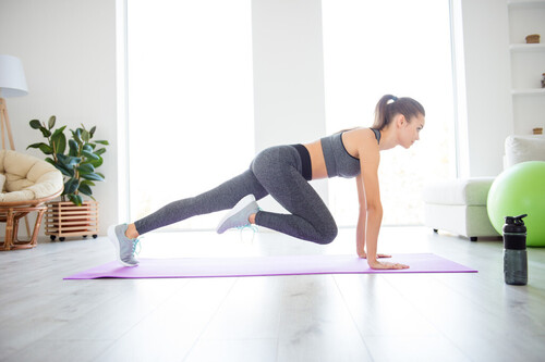 Tres ejercicios de cardio que puedes hacer en casa o en el gimnasio sin moverte del sitio