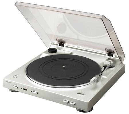 El regalo perfecto para nostálgicos melómanos es este tocadiscos Denon DP-200 por 156,29 euros y envío gratis