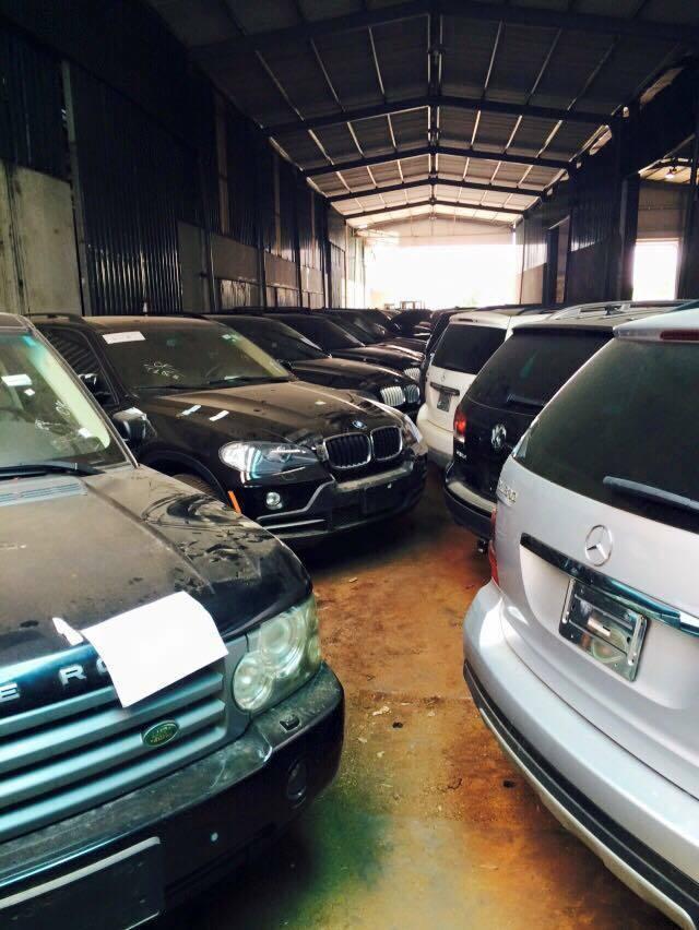 Foto de 144 coches de lujo acumulan polvo en Vietnam (1/19)