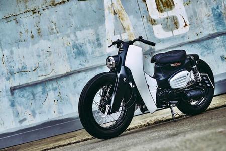 Esta Honda Super Cub estilo custom es un homenaje espectacular a un mito