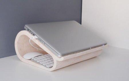 Un soporte de madera para tu portátil