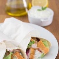 Wraps de pavo con salsa tzatziki griega. Receta
