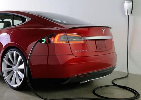Hacia la recarga automática: Tesla desarrolla un sistema para que nos olvidemos de bajar del coche