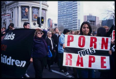 El acceso universal al porno ¿está provocando más violencia sexual o todo lo contrario?