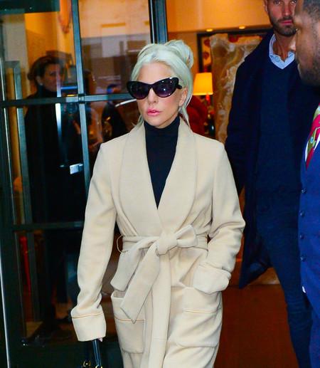 ¿Es una bata? ¿es un abrigo? El último look de Lady Gaga nos ha dejado sin palabras